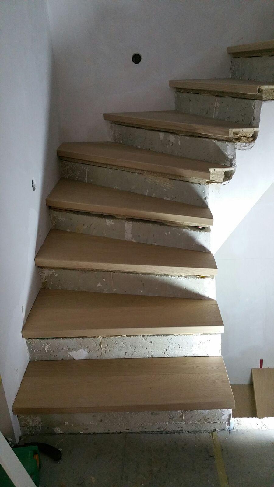 Holztreppe auf Betonboden