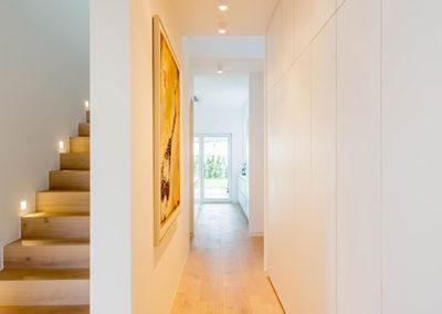 Treppe mit Holzboden und Einbauschränke Einfamilienhaus in Meerbusch - Erwähnung im Cube-Magazin