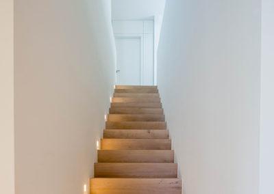 Treppe mit Holzboden und Innenausbau Einfamilienhaus in Meerbusch - Erwähnung im Cube-Magazin