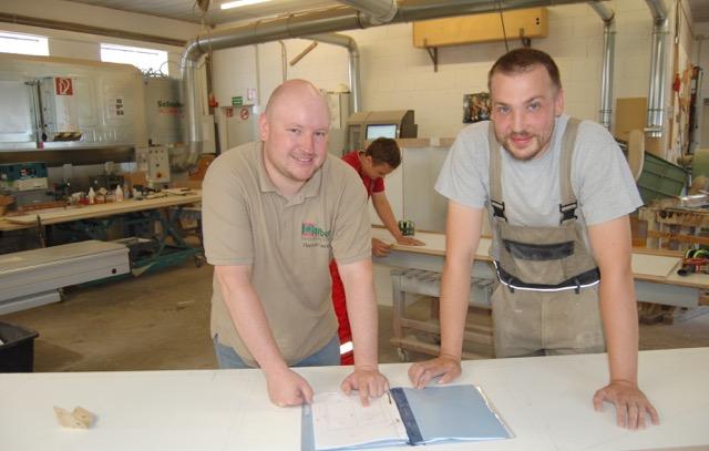 Seit die Tischlerei Albani sich um betriebliches Gesundheitsmanagement kümmert, spüren Florian Lenzen (l.) und Fabian Gabel deutliche Verbesserungen im Arbeitsalltag. Stressminderung schafft mehr Freude und Zufriedenheit.